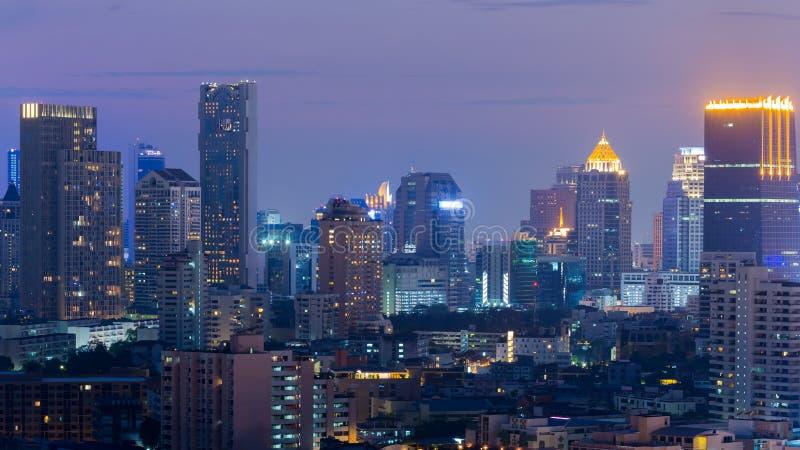 Dämmerungsstadt-Bürogebäudevogelperspektive, Nacht beleuchtet Hintergrund lizenzfreie stockbilder