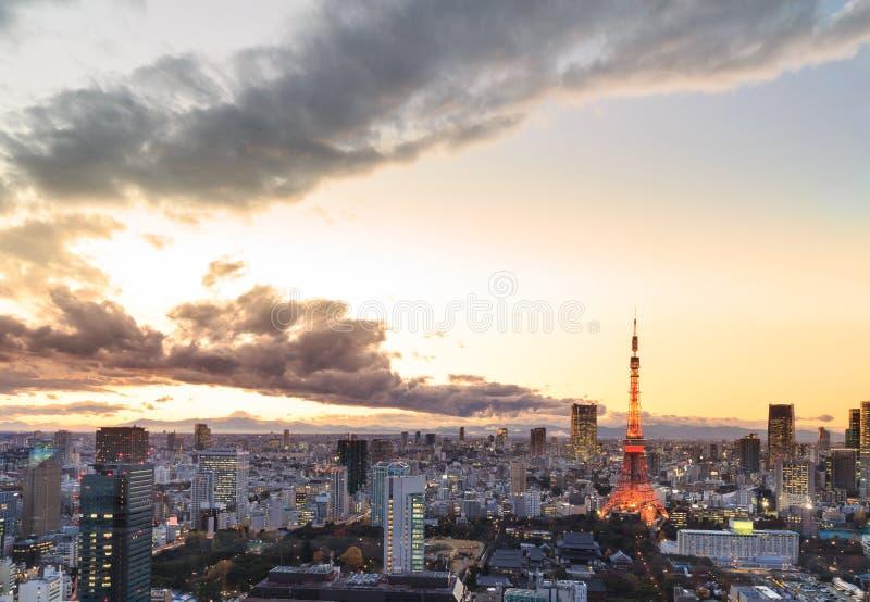 Dämmerungsszene von Tokyo-Turm in Tokyo stockbilder
