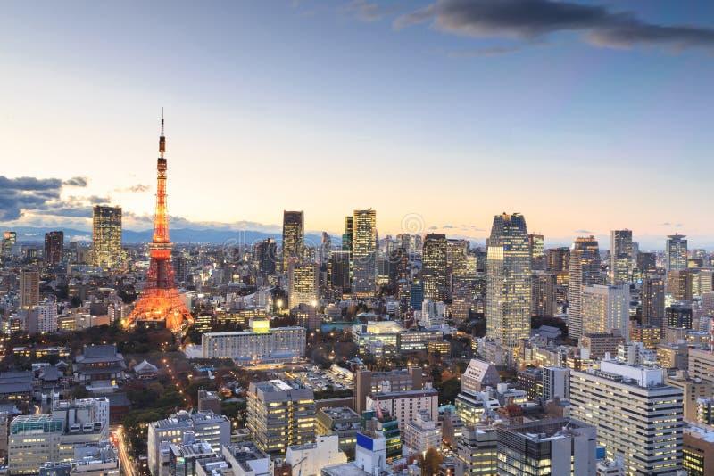 Dämmerungsszene von Tokyo-Turm in Tokyo stockfotografie