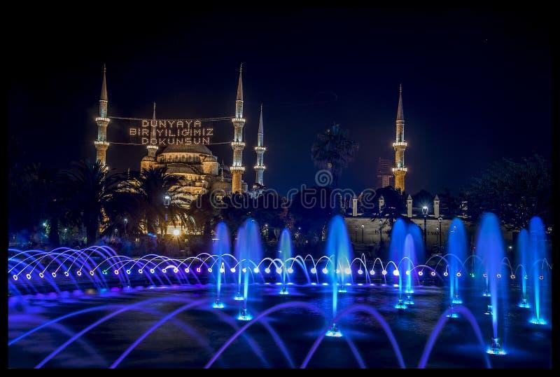 Dämmerungszeit in Istanbul und in der Moschee stockbilder
