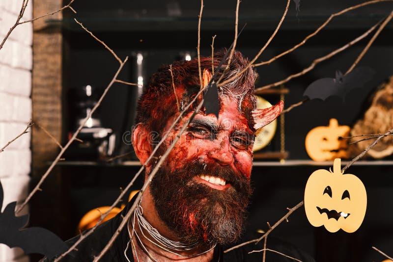 Dämon mit Hörnern, schlechtem Lächeln und getrocknetem Blut auf Haar lizenzfreies stockfoto