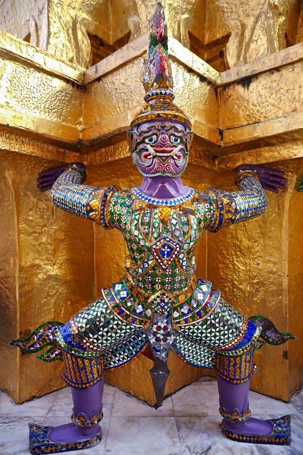 Dämon-Wächter-Statuen, die goldenes Chedi bei Wat Phra Kaew stützen stockfotografie