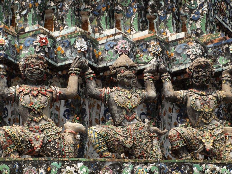 Dämon-Wächterstatuen, die den buddhistischen Tempel verzieren lizenzfreie stockfotos