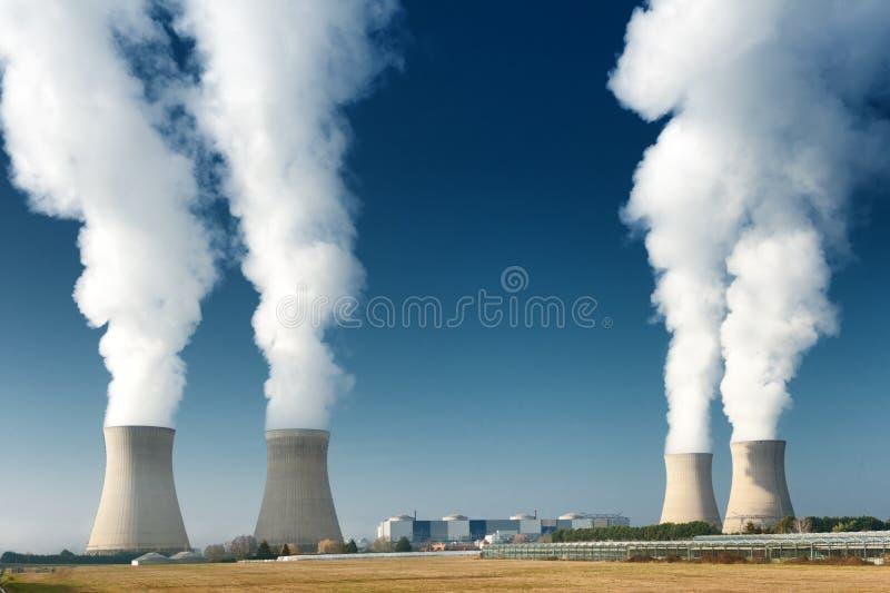 Dämpfen mit vier Kühltürmen des Kraftwerks stockfotografie