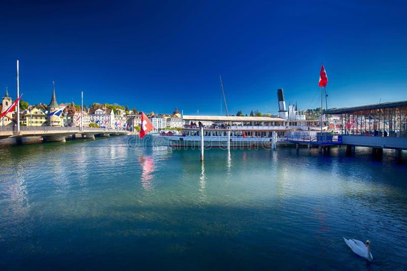 Dämpfen Sie Boot auf Luzerner See im Hafen mit der historischen alten Stadt Luzerne im Hintergrund, die Schweiz stockbilder