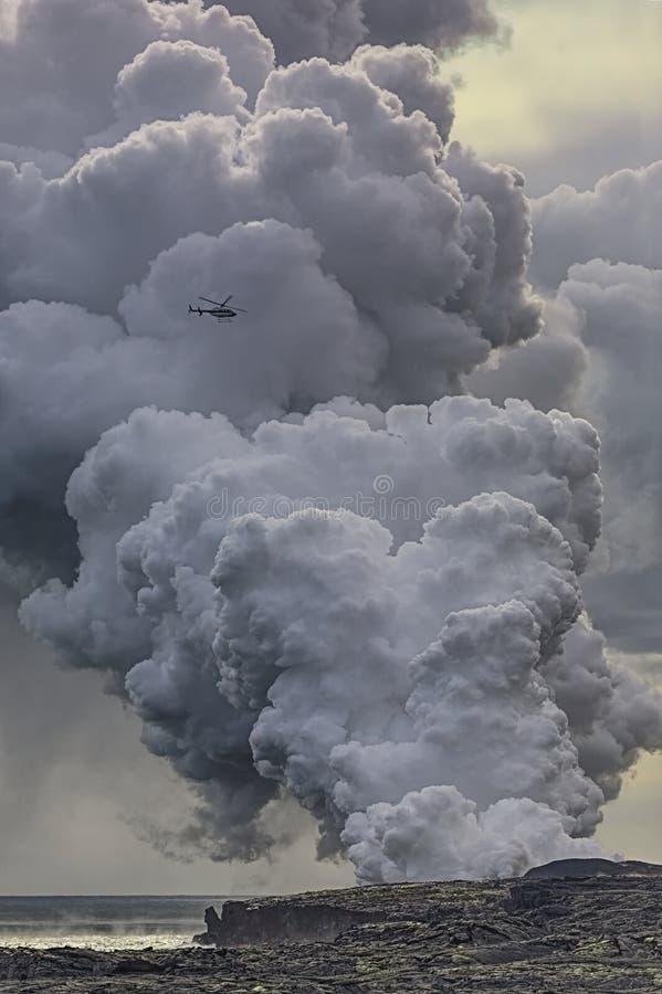 Dämpfen Sie das Steigen von der Lava, die in den Ozean fließt lizenzfreies stockbild