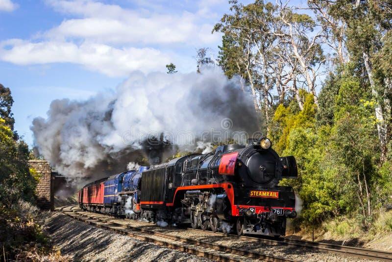 Dämpfen Sie den Zug, der durch Macedon, Victoria, Australien, im September 2018 reist lizenzfreies stockfoto