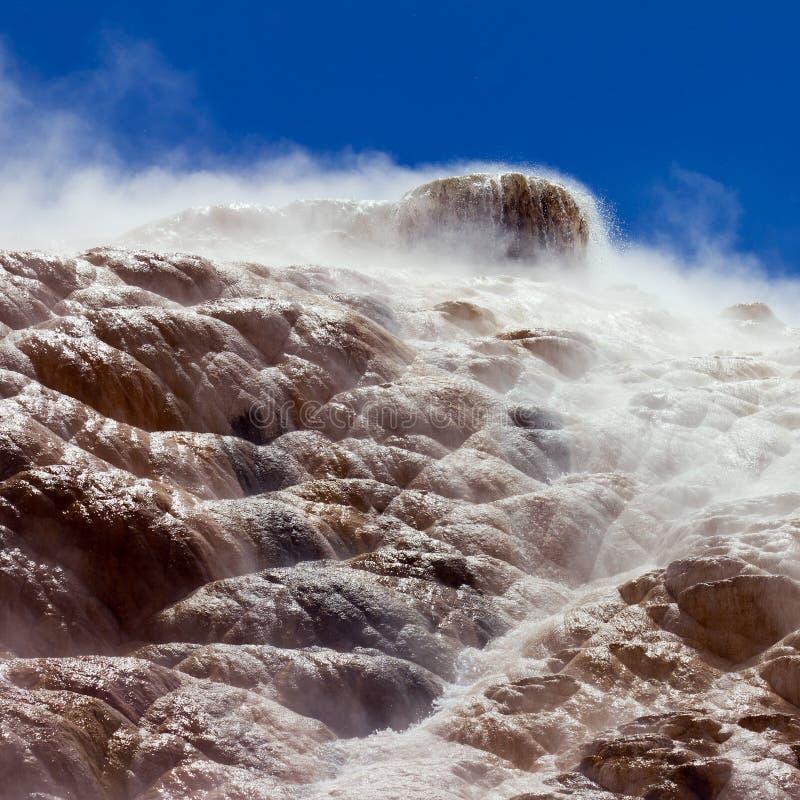 Dämpfen von Mammoth Hot Springs in Yellowstone NP lizenzfreie stockfotografie
