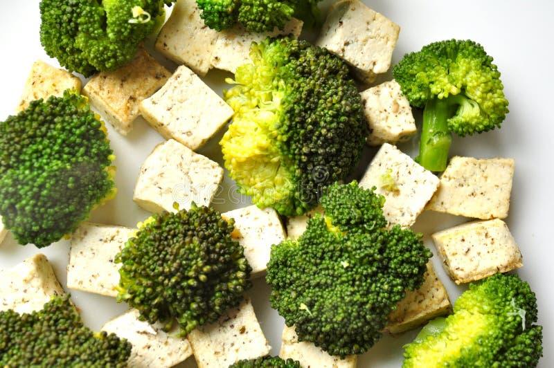 Vegannahrung: gedämpfter Brokkoli- und Tofuteller lizenzfreie stockfotos