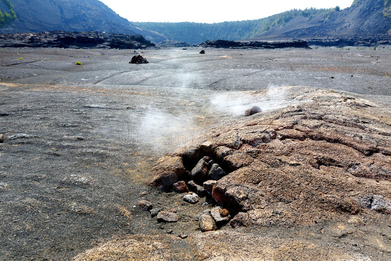 Dämpfende Entlüftungen auf dem Vulkankrater Kilauea Iki tauchen mit zerbröckelnden Lavafelsen im Vulkan-Nationalpark in der große stockfoto