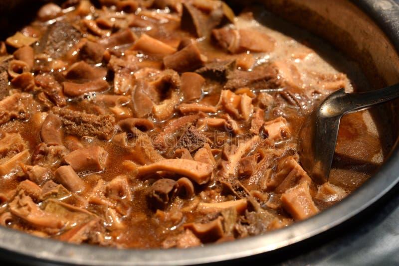 Dämpfendes chinesisches Lebensmittel: Eintopfgerichtrindfleischinnereien lizenzfreie stockfotos