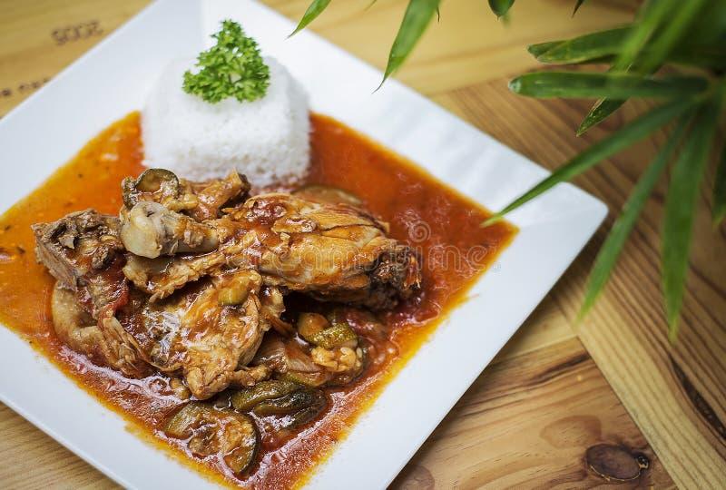 Dämpft baskisches Arthuhn und -gemüse Basquaise Mahlzeit auf Holztisch lizenzfreie stockfotos