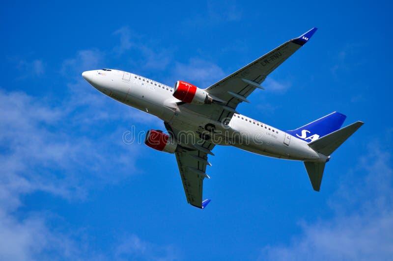 Dämpfungsregler Scandinavian Airlines System Boeing 737 folgende GEN-Flugzeuge fliegt in den Himmel nach Abweichen von Pulkovo-In lizenzfreie stockbilder
