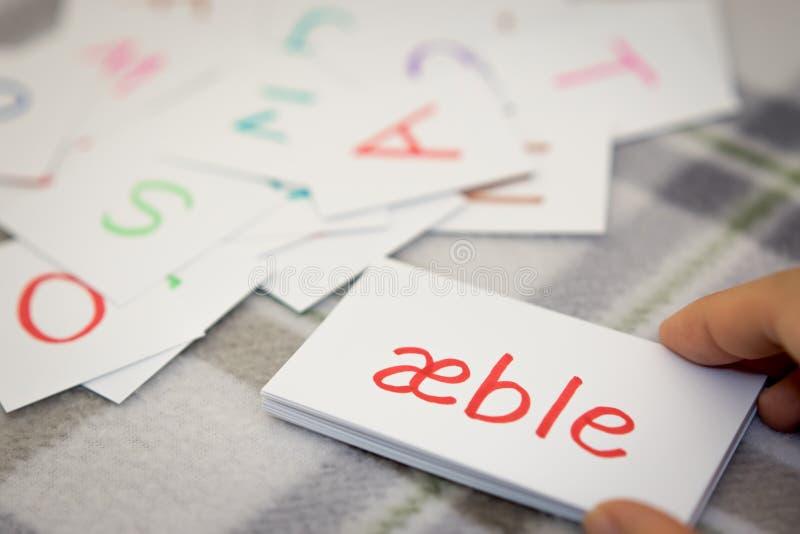 Dänisch; Lernen des neuen Wortes mit den Alphabet-Karten; Schreiben von A lizenzfreie stockfotos