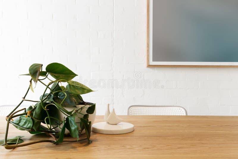 Dänische angeredete Innengegenstände mit Grafik auf weißer Backsteinmauer lizenzfreies stockfoto