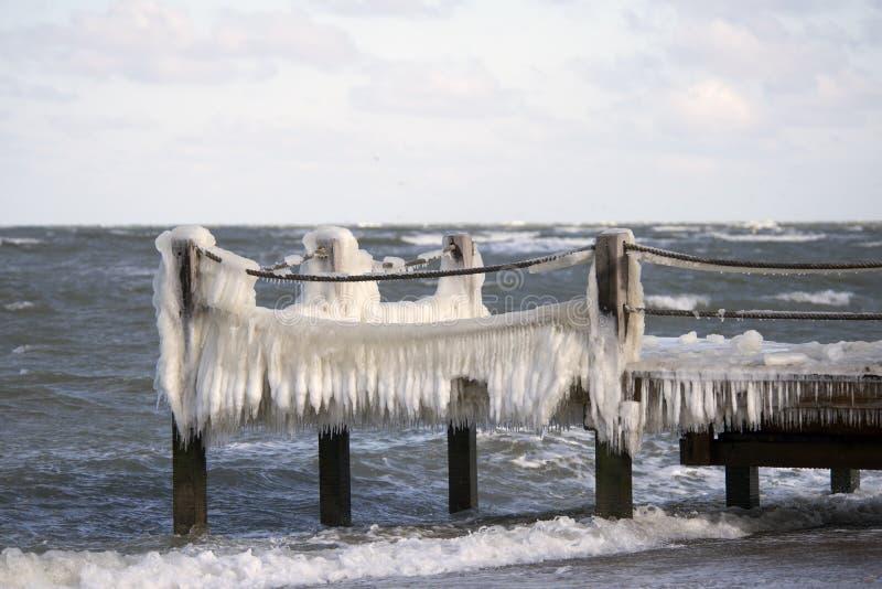 Dänische Küstenlinienwinterlandschaft mit Eis auf der Brücke stockfotografie