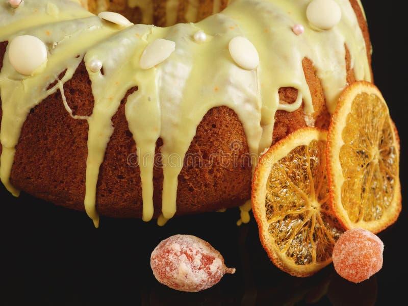 Dänischer Karottenkuchen mit Zuckerglasur und kandierter Frucht lizenzfreie stockbilder