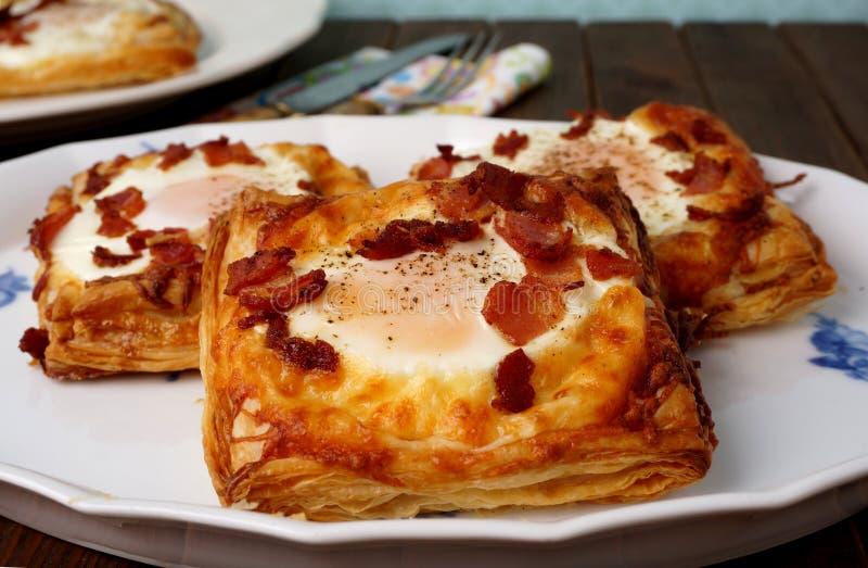 Dänisches Gebäck, Frühstück mit Ei, Speck, Käse und Blätterteige lizenzfreie stockfotografie