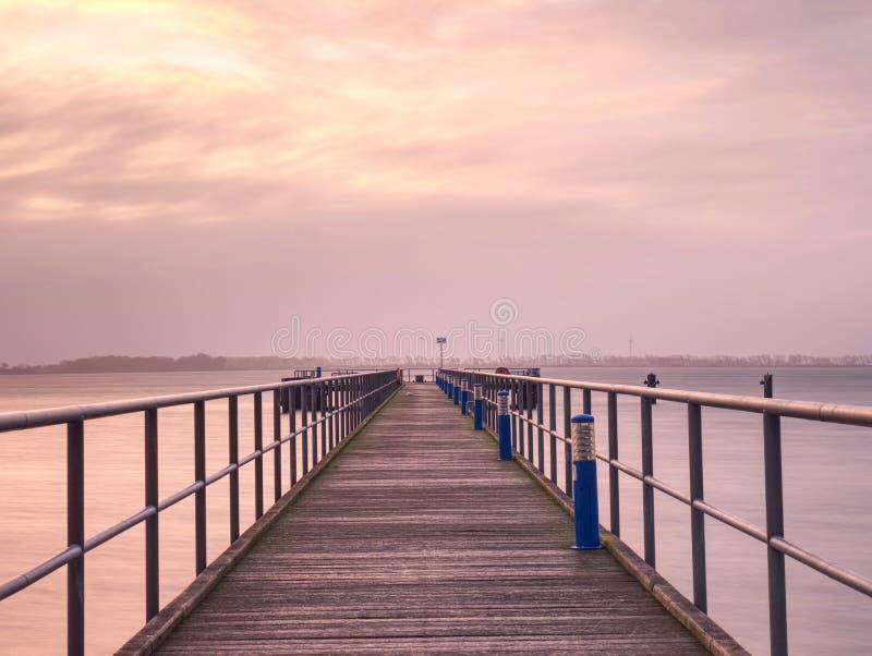 Długi molo na Bałtyckim wybrzeżu w wczesnego poranku spokoju fotografia stock