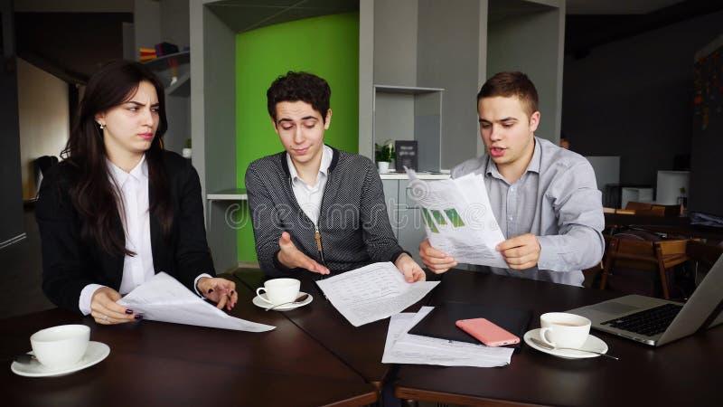 Dålig dag på arbete för män och kvinnor av anställda och woren för företags` s arkivfoton