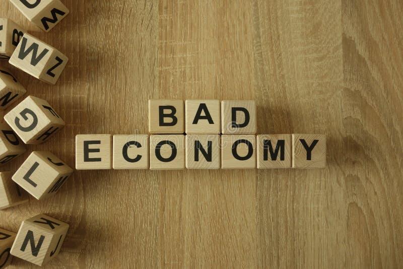 Dålig ekonomitext från träkvarter arkivfoton