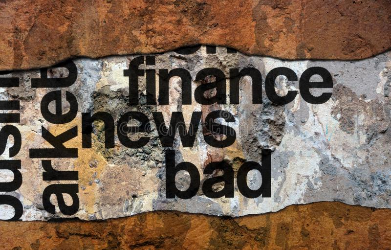 Dålig finansnyheternatext på väggen royaltyfria bilder