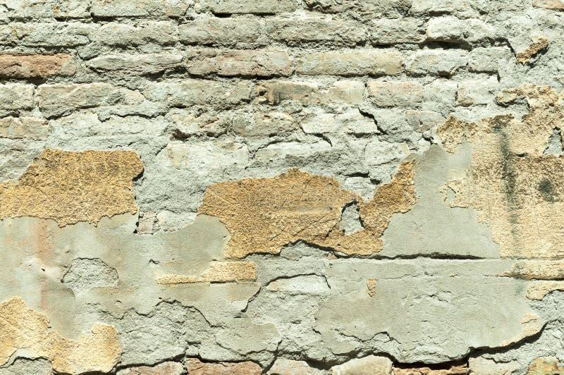 Dålig fundamentgrund på gammalt hus eller byggnad knäckt murbrukfasadvägg med tegelstenbakgrund arkivfoton