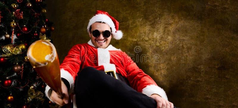 Dålig jultomten med baseballslagträet royaltyfri foto