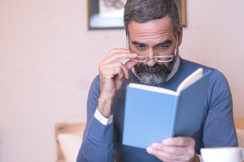 Dålig synförmåga för en äldre man arkivfoton