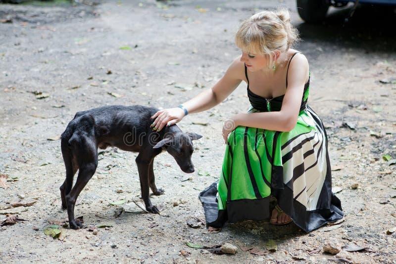 dålig tillfällig kvinna för hund royaltyfri bild