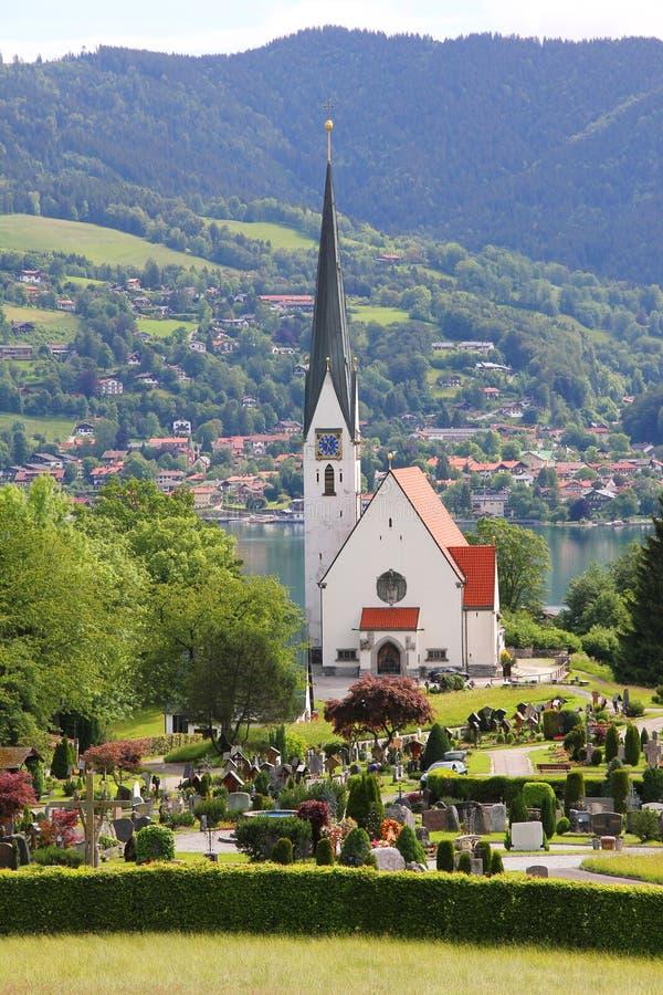 Dålig wiesseekyrka och kyrkogård, sjötegernsee, tysk landsca royaltyfri bild