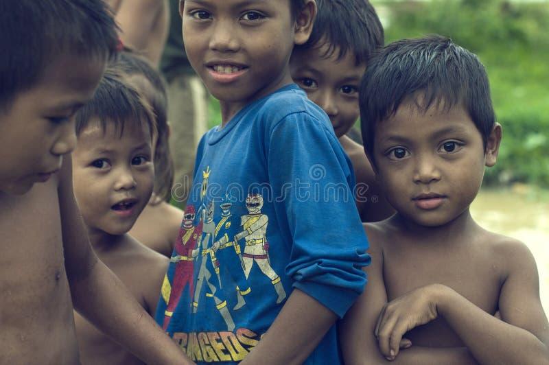 Dåliga kambodjanska ungar som ler och leker arkivbild