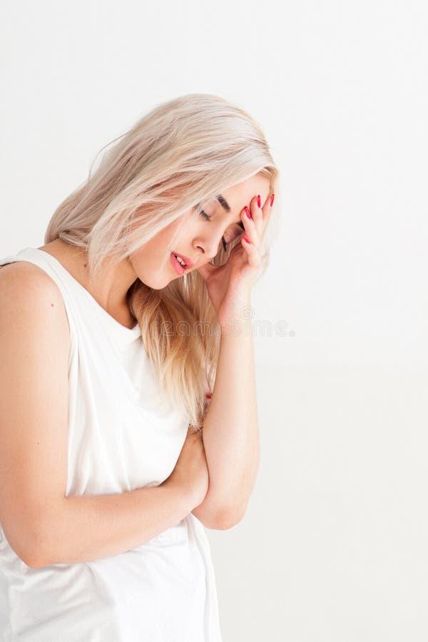 Dåligt kvinna med huvudvärk och influensa royaltyfri foto