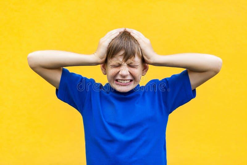 Dåligt sinnesrörelse- och känslabegrepp Huvudvärk Ungt trycka på för pojke arkivfoto