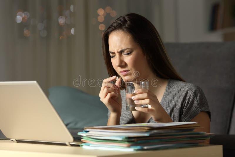 Dåligt självständigt ta en preventivpiller i natten arkivbilder