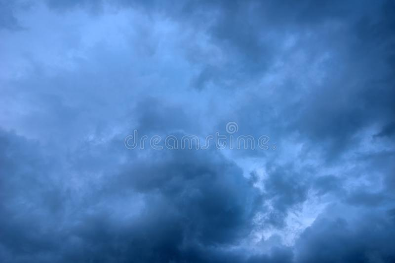 Dåligt väder och cramatic mörka stormiga moln arkivfoto
