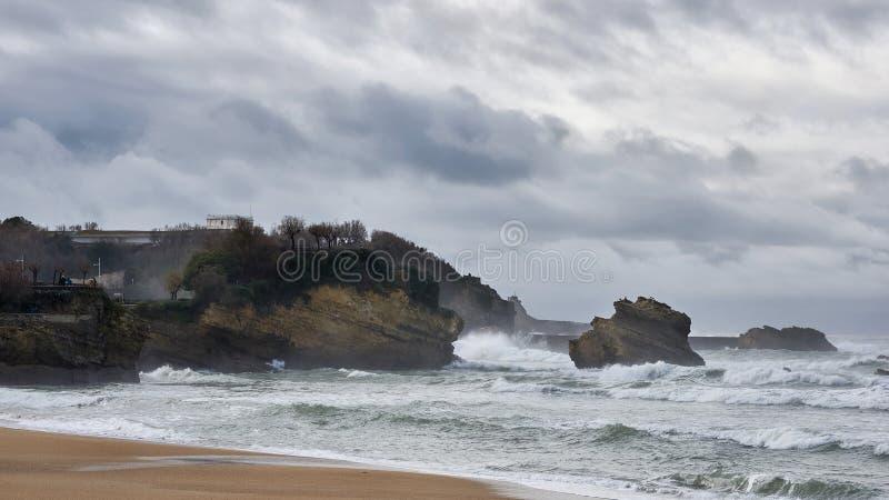 Dåligt väder på den centrala stranden av Biarritz, Frankrike royaltyfri bild