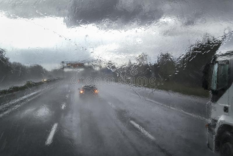 Dåligt väder på huvudvägen arkivbild
