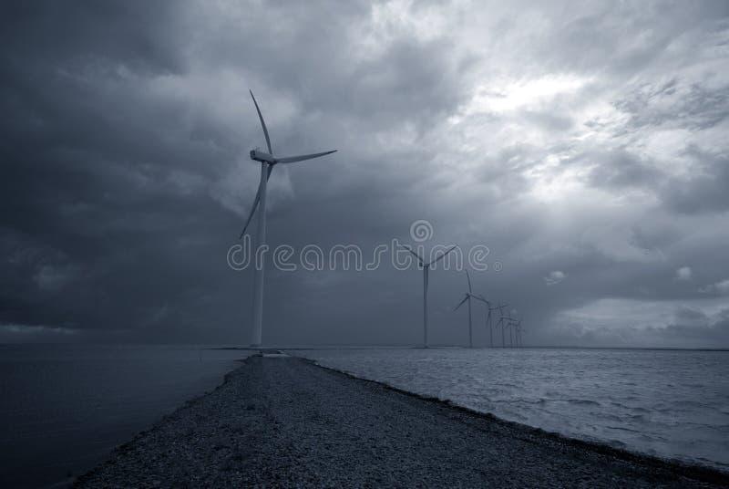 dåligt väderwindmills arkivbilder