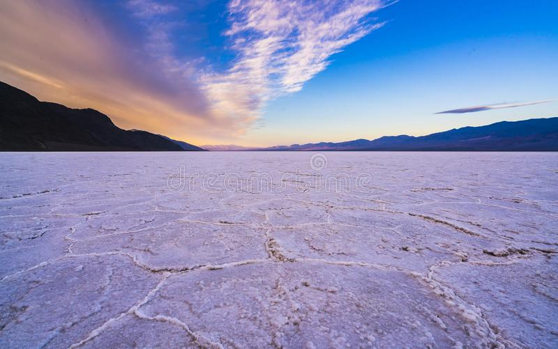 Dåligt vattenhandfatlandskap på solnedgången, Death Valley nationalpark fotografering för bildbyråer