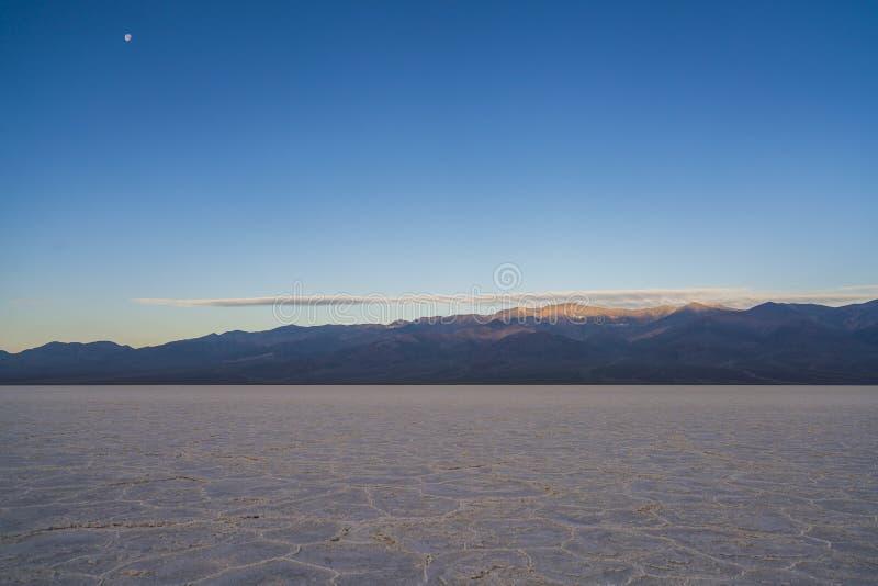 Dåligt vattenhandfatlandskap på solnedgången, Death Valley nationalpark arkivbild