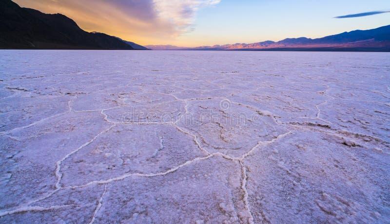 Dåligt vattenhandfatlandskap på solnedgången, Death Valley nationalpark royaltyfri bild