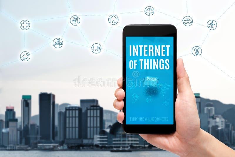 Dé considerarse móvil con Internet de la palabra del iot de las cosas en la pantalla imagen de archivo