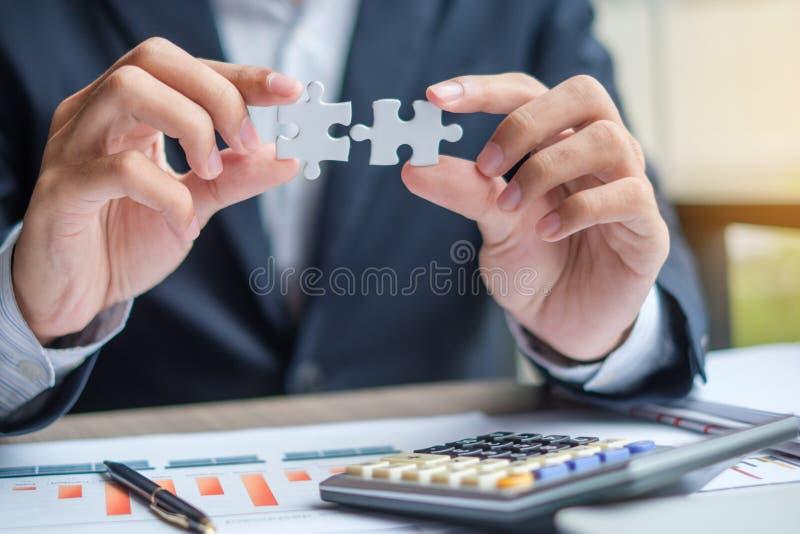 Dé el pedazo, la pluma, el ordenador portátil, la calculadora y el papeleo de conexión del rompecabezas de los pares imágenes de archivo libres de regalías