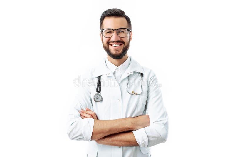 Dé el primer, sosteniendo un estetoscopio, retrato de un doctor joven imagenes de archivo