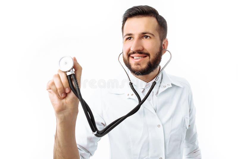 Dé el primer, sosteniendo un estetoscopio, retrato de un doctor joven imágenes de archivo libres de regalías