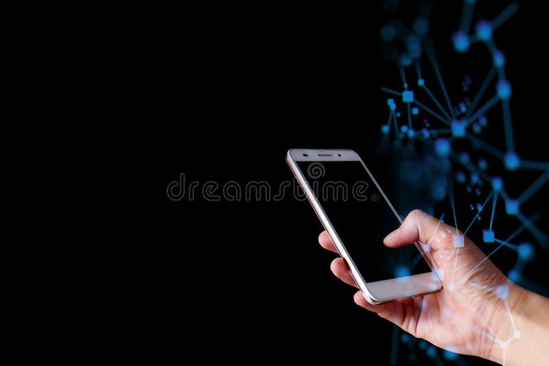Dé el smartphone del tacto para conectan con la red social de los datos globales con la onda abstracta imagen de archivo