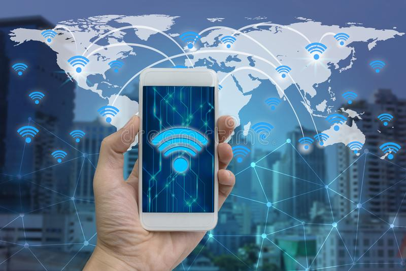Dé el smartphone del uso con la conexión y la red de los iconos del wifi imágenes de archivo libres de regalías