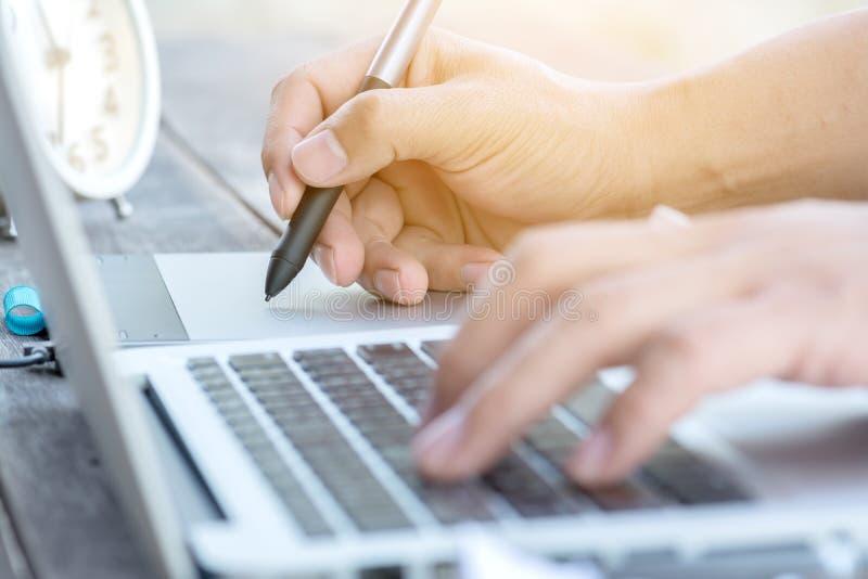 Dé el trabajo con el ordenador portátil y la tableta digital de la pluma foto de archivo libre de regalías