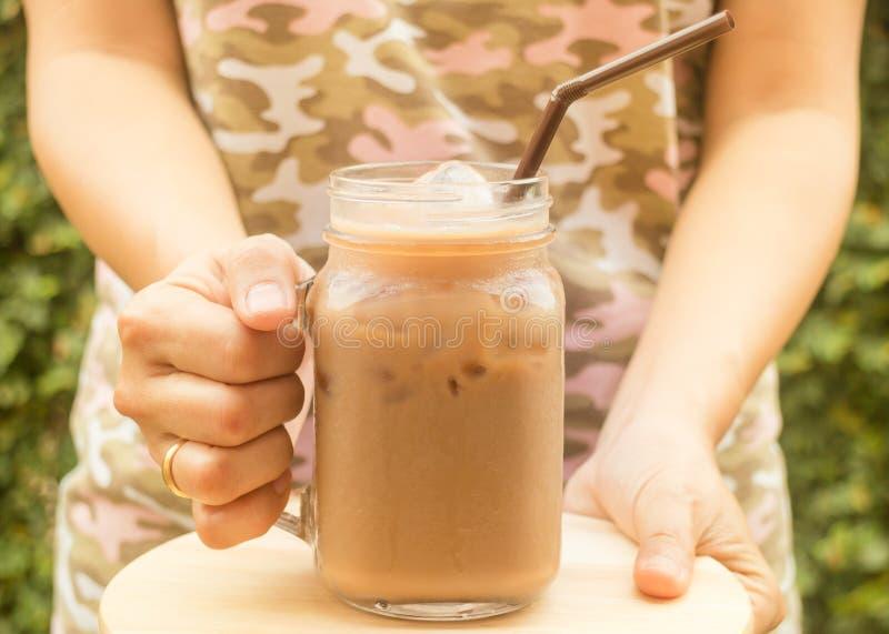 Dé el vidrio del control de café helado con efecto del filtro del vintage imagen de archivo